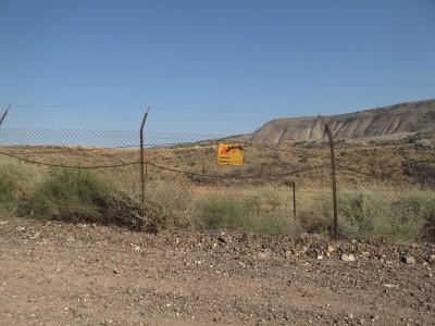 Надпись «Осторожно! Мины!» вдоль границы с Иорданией