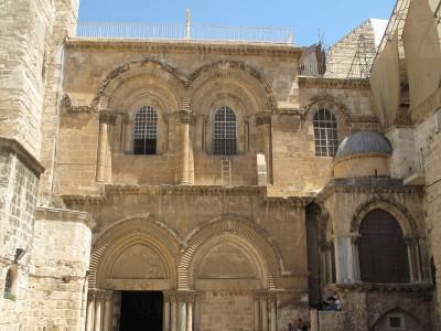 Недвижимая лестница на фасаде Храма Гроба Господня