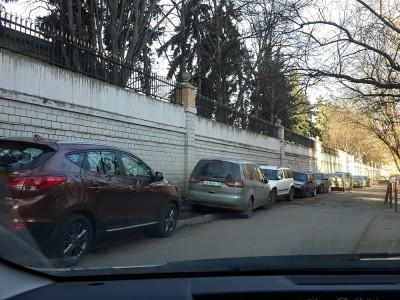 Посольство КНР в Москве огорожено оно высоченным (иногда и в 2 ряда) забором