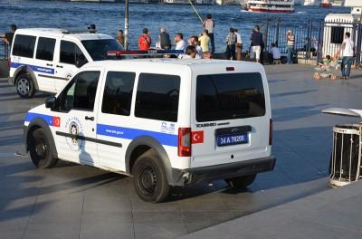 На полицейском автомобиле